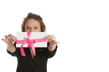 Молодая женщина с поздравительной открыткой. Деловая женщина.