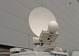 antenne relais sur camion lors d'un reportage télévision