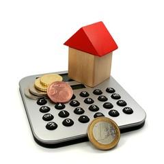 Taschenrechner mit  Münzen und Haus