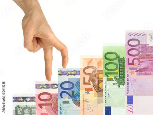 Hand steigt die Erfolgstreppe aus Geldscheinen hoch