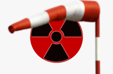 Japanische Fahne mit Zeichen für Radioaktivität und Windfahne