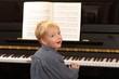 Kleiner Junge spielt Klavier