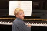 Fototapety Kleiner Junge spielt Klavier