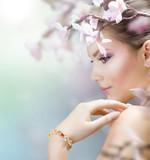 Fototapeta wiosna - kwiaty - Kobieta