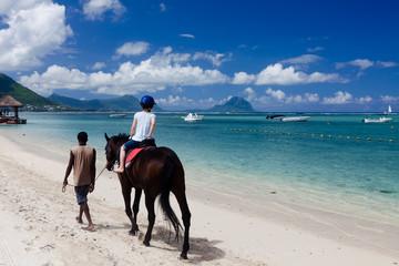 Promenade à cheval sur la plage de flic en flac à l'ile Maurice