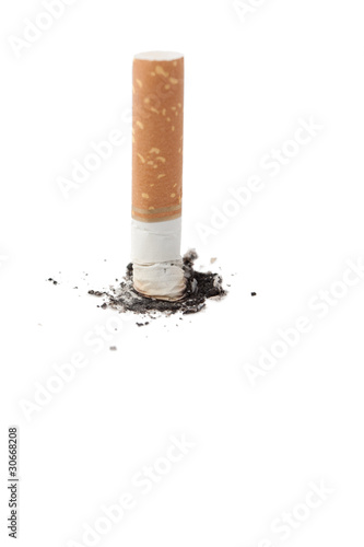 Cigarrillo apagado en blanco