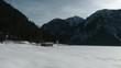 Verschneites Tal und Berge