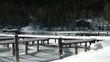 verschneite Bootsanleger am Attersee