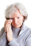 Alte Frau weint