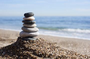 Fengshui Steine am Strand vor blauem Meer