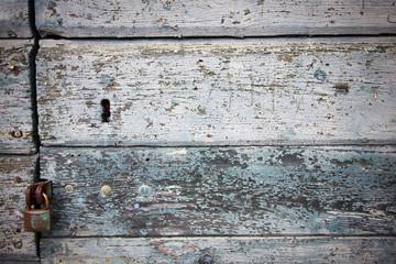 lucchetto su una vecchia porta in legno