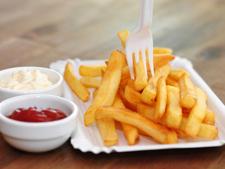 Pommes Frites mit Ketchup und Majonaise