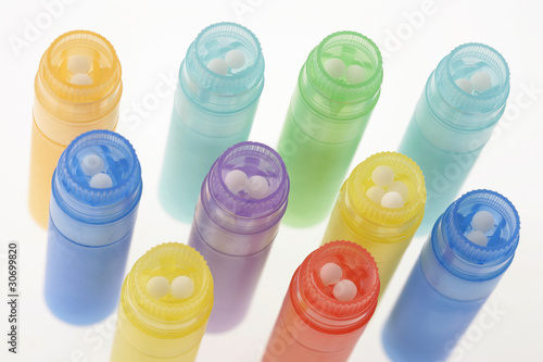 HOMÉOPATHIE- granules dans tubes ouverts.