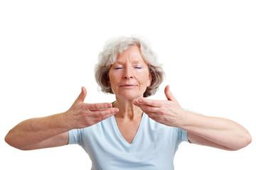 Seniorin atmet entspannt ein
