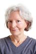 Verschmitzt lächelnde Seniorin