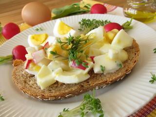 Eiersalat mit Kresse und Radieschen auf Dinkelvollkornbrot