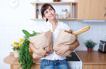 zuhause verweilen nach einkauf stress alltag frau