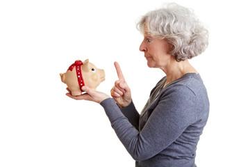 Rentnerin ermahnt ihr Sparschwein