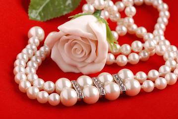 collana perle su sfondo rosso uno