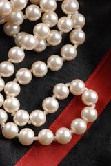 collana perle su pelle nera tre