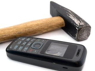 Разбитый экран телефона и молоток