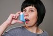 Junge Frau mit Asthmaspray