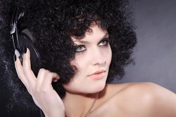 Beauty Frau mit Afro Frisur und Kopfhörer, quer