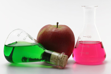 chemiekolben mit apfel