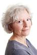 Sympathische Rentnerin mit grauen Haaren