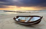 Samotna łódka i samotna plaża
