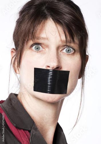 silence de femme d'affaires baillonnée
