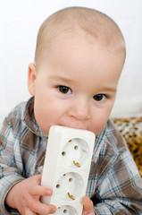 Baby mit Steckdose