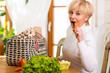 Frau nach Einkauf isst Karotte
