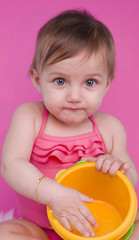 fillette de 8 mois en maillot de bain