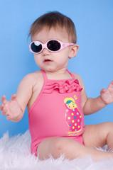 fillette de 8 mois en lunettes de soleil