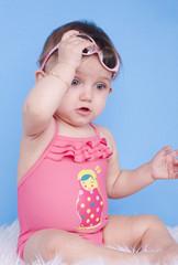 bébé de 8 moi jouant avec ses lunettes de soleil