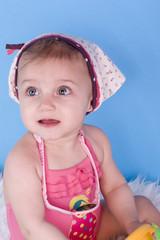 portrait d'une enfant sur fond bleu