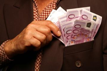 Viele 500 Euro-Scheine in der Jacke
