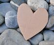 Herz aus Pappe auf Steinen