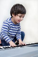 bambino suona tastiere