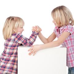 starke kinder beim armdrücken