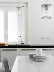 lavello di acciaio in cucina moderna con stoviglie