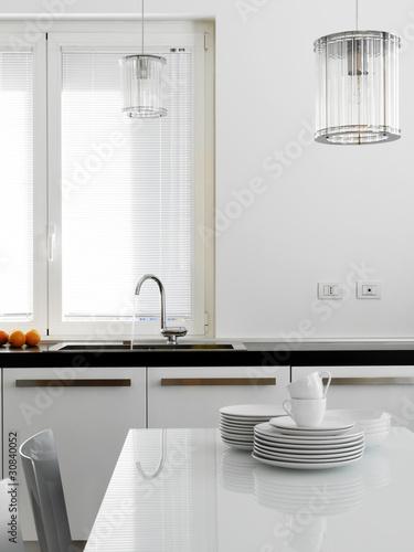 Lavello di acciaio in cucina moderna con stoviglie di for Abbonamento a cucina moderna