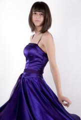 jeune fille et robe violette