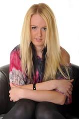 blonde femme canapé en cuir