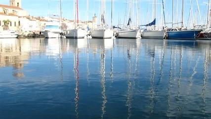 Au ras de l'eau du port