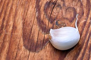 Spicchio d'aglio su tagliere di legno