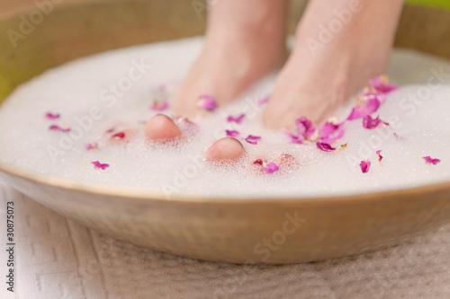 schöne füße im rosenbad