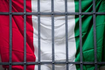 bandiera italiana tricolore sbarre