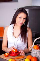 femme qui presse des oranges